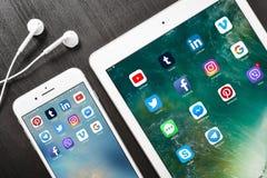 苹果计算机iPhone与社会网络apps的8个加号在屏幕上与 免版税库存图片
