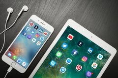 苹果计算机iPhone与社会网络apps的8个加号在屏幕上与 库存图片