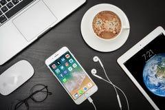 苹果计算机iPhone与社会网络apps的8个加号在屏幕上 库存照片