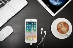 苹果计算机iPhone与社会网络apps的8个加号在屏幕上 图库摄影