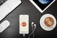 苹果计算机iPhone与Couchsurfing app的8个加号在屏幕上 免版税库存照片