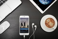 苹果计算机iPhone与Couchsurfing app的8个加号在屏幕上 免版税图库摄影
