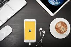 苹果计算机iPhone与Expedia app的8个加号在屏幕上 库存图片