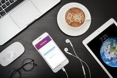 苹果计算机iPhone与Instagram app的8个加号在屏幕上 库存图片
