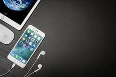 苹果计算机iPhone与ipad和计算机老鼠的8个加号 库存图片