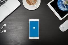 苹果计算机iPhone与Linkedin app的8个加号在屏幕上 免版税图库摄影