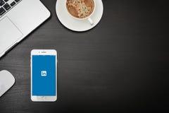苹果计算机iPhone与Linkedin app的8个加号 免版税库存图片