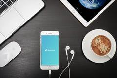 苹果计算机iPhone与Skyscanner app的8个加号在屏幕上 免版税库存图片