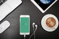 苹果计算机iPhone与Tripadvisor app的8个加号在屏幕上 免版税库存照片