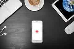 苹果计算机iPhone与YouTube app的8个加号在屏幕上 免版税库存照片