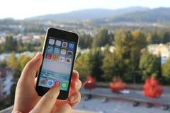 苹果计算机iPhone在一个人的手上有自然背景 免版税库存图片