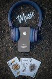 苹果计算机iPhone音乐耳机石头 免版税库存照片