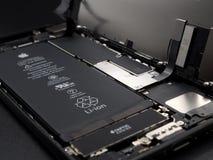苹果计算机iPhone 7个拆除显示的部件里面 免版税库存照片