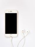 苹果计算机iPhone7大模型和苹果计算机EarPods大模型 免版税库存照片
