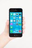 苹果计算机iPhone 5S在手中 免版税图库摄影