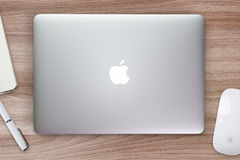 苹果计算机Macbook在一张书桌、桌与老鼠和文具上的视网膜盖子 图库摄影