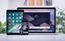 苹果计算机Macbook赞成iPhone 7 iPad和在办公桌上的苹果计算机手表 免版税库存图片