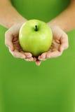 苹果递妇女 库存照片