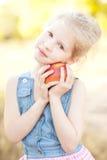 苹果逗人喜爱的女孩 库存照片