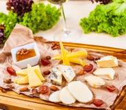 苹果酱 乳酪盛肉盘用蜂蜜、坚果和葡萄 免版税库存照片