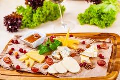苹果酱 乳酪盛肉盘用蜂蜜、坚果和葡萄 免版税库存图片