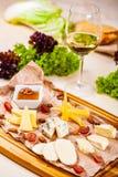 苹果酱 乳酪盛肉盘用蜂蜜、坚果和葡萄 库存图片