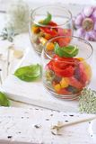 苹果酱 菜沙拉:在两verrines的烤三色甜椒 库存图片