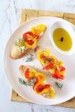 苹果酱 面包片、奶油奶酪和烤甜椒与橄榄油 库存照片