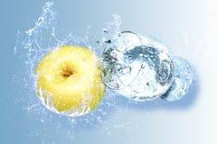 苹果飞溅水 免版税图库摄影