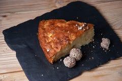 苹果饼可口新被烘烤的片断在页岩板的 库存照片