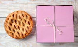 苹果饼和面包店箱子 免版税库存照片