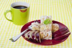 苹果饼服务用咖啡 免版税库存图片
