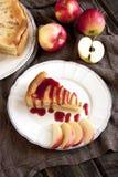 苹果饼服务用红色糖浆 免版税库存图片