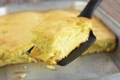 苹果饼片断在蛋糕的刀片 特写镜头 库存图片
