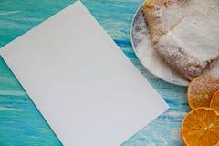 苹果饼片断洒与搽粉的糖 顶视图 食物 点心 免版税库存照片