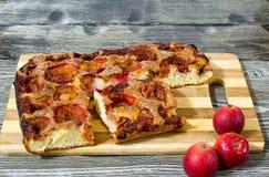 苹果饼用在一张木桌上的桂香 库存照片