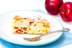 苹果饼用在白色背景的杏干 免版税库存照片