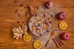 苹果饼用新鲜的蔓越桔,核桃装饰用苹果,姜,烘干了桔子,桂香 立即可食搽粉的苹果饼 免版税库存照片