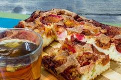 苹果饼用桂香和一杯茶在一张木桌上的 库存照片