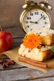 苹果饼的几个部分与万寿菊绽放的 图库摄影
