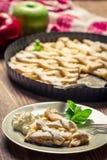 苹果饼部分与奶油的在牌照 免版税库存照片
