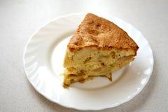 苹果饼部分牌照白色 免版税库存图片