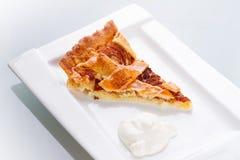 苹果馅饼和奶油部分  图库摄影