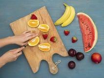 苹果香蕉饮食果子果子猕猴桃桔子沙拉 免版税库存图片