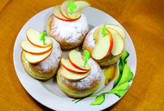 苹果鲜美小圆面包的片 免版税库存照片