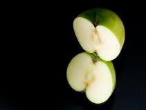 苹果黑色反射了 免版税库存图片