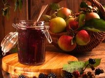 苹果黑莓果酱 库存图片