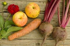苹果,甜菜,花大丽花 免版税图库摄影