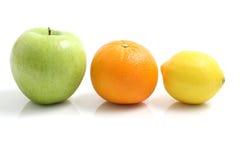 苹果backgro查出的柠檬橙色白色 免版税库存照片