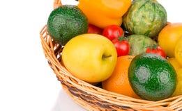 苹果bascket篮子弓果子葡萄猕猴桃桔子桃子红色附加的柳条 关闭 库存图片